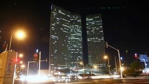 مركز عزرائيلي في تل ابيب في ساعات الليل (Yehoshua Yosef/Flash90)