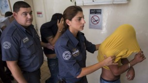 صوة توضيحية لمشتبه بهما يتم إقتيادهما إلى قاعة المحكمة. (Yonatan Sindel/Flash90)