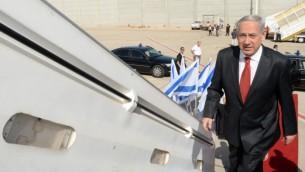 رئيس الوزراء بينيامين نتنياهو يصعد إلى طائرة للتوجه في رحلة رسمية إلى بولندا، 12 يونيو، 2013. (Kobi Gideon / GPO /Flash 90)