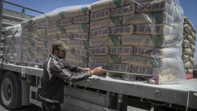 شاحنة محملة بأكياس اسمنت بعد دخولها من اسرائيل الى قطاع غزة عن طريق معبر كرم ابو سالم، 29 ابريل 2015 (Abed Rahim Khatib /Flash 90)