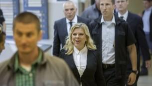 سارة نتنياهو تصل للإدلاء بشهادتها في قضية ميني نفتالي في محكمة العمل في القدس، 10 مايو، 2015. (Yonatan Sindel/Flash90)
