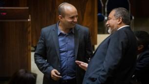 رئيس البيت اليهودي نفتالي بينيت ورئيس 'إسرائيل بيتنا' أفيغدور ليبرمان في الكنيست في 22 يوليو، 2015. (Hadas Parush/Flash90)