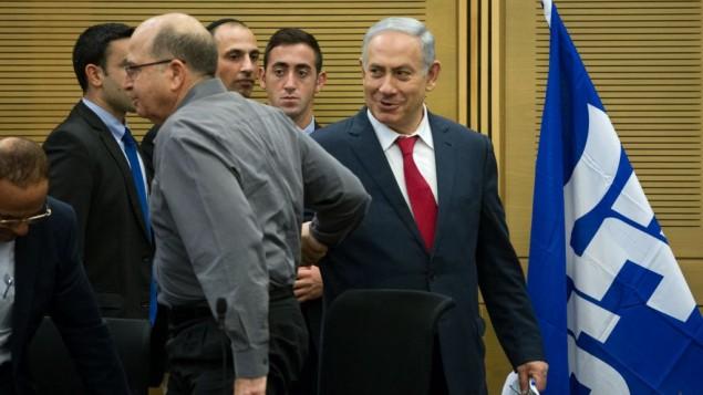"""بينيامين نتنياهو ، من اليمين، وموشيه يعالون، من اليسار، في اجتماع لحزب """"الليكود"""" في القدس في 11 يناير، 2016. (Miriam Alster/Flash90)"""