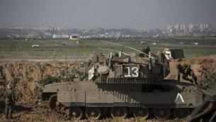 جنود إسرائيليون عند الحدود مع غزة، بالقرب من كيبوتس ناحال عوز، جنوبي إسرائيل، 13 يناير، 2016. (Hadas Parush/Flash90)