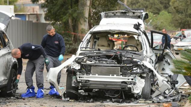 صورة توضيحية لعناصر الشرطة لتفحصون ساحة تفجير سيارة مفخخة بالقرب من تل ابيب، 19 يناير 2016 (Flash90)