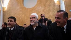 زعيم الفرع الشمالي المحظور للحركة الإسلامية في إسرائيل، الشيخ رائد صلاح (في الوسط)، في المحكمة العليا في القدس، 26 يناير، 2016. (Yonatan Sindel/Flash90)