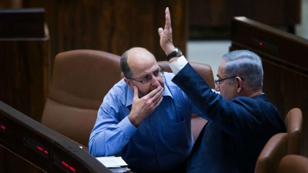 رئيس الوزراء بينيامين نتنياهو، من اليمين، يتحدث مع وزير الدفاع موشيه يعالون في قاعة الكنيست، 7 مارس، 2016. (Yonatan Sindel/Flash90)