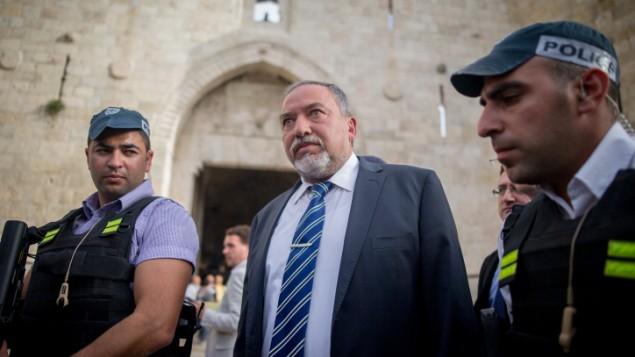 عضو الكنيست افيغادور ليبرمان يزور باب العامود في البلدة القديمة في القدس، 9 مارس 2016 (Yonatan Sindel/Flash90)