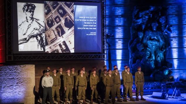 """جنود إسرائيليون يصطفون في حفل لإحياء ذكرى المحرقة في متحف """"ياد فاشيم"""" في القدس، في الوقت الذي تحيي فيه إسرائيل ذكرى يوم المحرقة. 4 مايو، 2016. (Hadas Parush/Flash90)"""