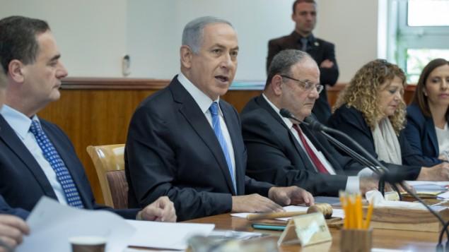 رئيس الوزراء بينيامين نتنياهو يترأس الجسلة الأسبوعية للحكومة في مكتب رئيس الوزراء في القدس، 8 مايو 2016 (Emil Salman/POOL)