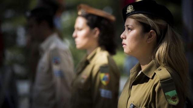 جنديات إسرائيليات خلال مراسم وضع علم في المقبرة العسكرية في جبل هرتسل، القدس، 8 أبريل، 2016. (Yonatan Sindel/Flash90)