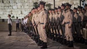 جنود اسرائيليون خلال مراسيم احياء ذكرى الجنود في حائط المبكى في القدس، 10 مايو 2016 (Hadas Parush/Flash90)