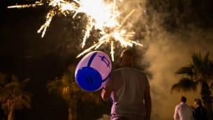 اسرائيليون يحتفلون يوم استقلال اسرائيل ال68 في عسقلان، 11 مايو 2016 (Corinna Kern/Flash90)