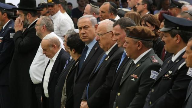 رئيس الوزراء بينيامين نتنياهو وقادة آخرون خلال حضورهم لمراسم إحياء ذكرى قتلى حروب إسرائيل وضحايا الهجمات، في المقبرة العسكرية في جبل هرتسل، 11 مايو، 2016. (Gil