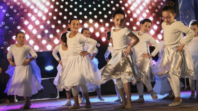 اطفال اسرائيليون يحتفلون يوم استقلال اسرائيل ال68 في مستوطنة افرات في الضفة الغربية، 11 مايو 2016 (Gershon Elinson/Flash90)