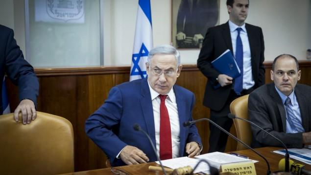 رئيس الوزراء بينيامين نتنياهو يترأس الجلسة الأسبوعية للمجلس الوزاري في 15 مايو، 2016. (Emil Salman/POOL)