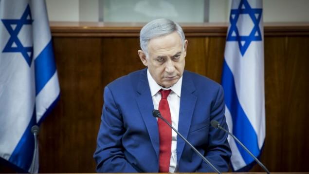 رئيس الوزراء بينيامين نتنياهو يترأس الجلسة الأسبوعية للمجلس الوزراي في مكتب رئيس الوزراء في القدس، 15 مايو، 2016. (Emil Salman/POOL)