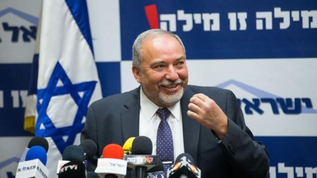 رئيس حزب 'إسرائيل بيتنا'، أفيغدور ليبرمان، في مؤتمر صحفي في الكنيست في 18 مايو، 2016. (Yonatan Sindel/Flash90)