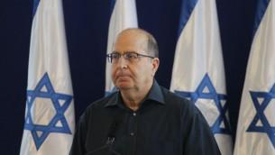 وزير الدفاع المنتهية ولايته موشيه يعالون يعلن إستقالته من الكنيست في 20 مايو، 2016، في مقر قيادة الجيش الإسرائيلي في تل أبيب (Miriam Alster/Flash90)