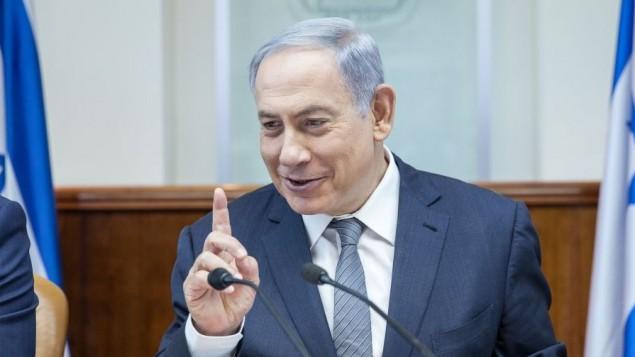 رئيس الوزراء بينيامين نتنياهو يترأس الجلسة الأسبوعية للمجلس الوزراي في مكتب رئيس الوزراء في القدس، 22 مايو، 2016. (Emil Salman/POOL)
