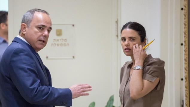 الوزير يوفال شتاينيتس يتحدث مع وزيرة العدل ايليت شاكيد قبل جلسة الحكومة الاسبوعية في القدس، 22 مايو 2016 (Emil Salman/Pool)