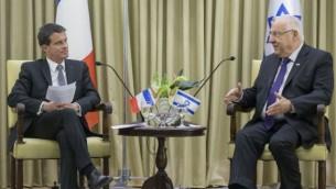 الرئيس الإسرائيلي رؤةفين ريفلين يلتقي برئيس الوزراء الفرنسي مانويل فالس في مقر إقامة الرئيس في القدس، 23 مايو، 2016. (Sindel/Flash90)