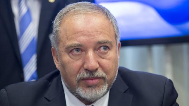 """رئيس حزب """"إسرائيل بيتنا"""" أفيغدور ليبرمان في الكنيست، 25 مايو، 2016. (Yonatan Sindel/FLASH90)"""