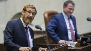 عضو الكنيست الجديد يهودا غليك يتحدث في الكنيست خلال أدائه لليمين في 25 مايو، 2016. (Yonatan Sindel/Flash90)