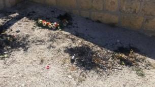 أكاليل تم تخريبها وحرقها في مقبرة جبل الزيتون في القدس الخميس، 12 مايو، 2016. (الشرطة الإسرائيلية)