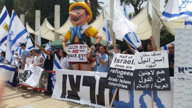 """هذه الصورة من مراسيم يوم النكبة التي أقيمت في جامعة تل أبيب في 15 مايو، 2016، تظهر دمية بينوكيو منفوخة بطل 15 قدم وضعها أعضاء في منظمة 'إم ترتسو"""" اليمينية الإسرائيلية. (Or Buchbut)"""