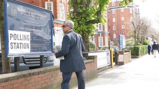 ناخب في إنتخابات رئاسة البلدية في لندن خارج كنيس تم استخدامه كمركز إقتراع في العاصمة البريطانية، 5 مايو، 2016. (Cnaan Liphshiz)