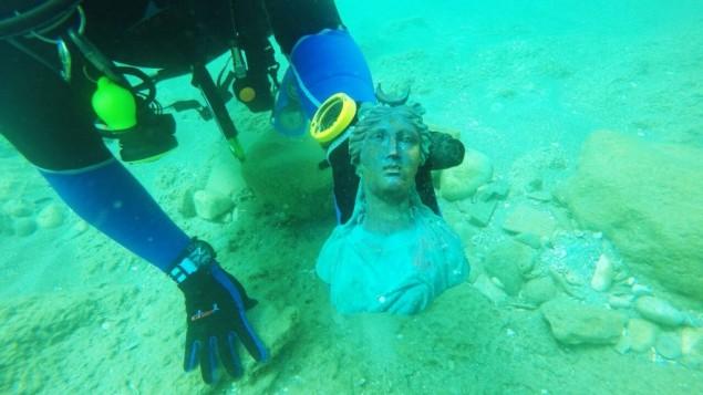 تمثال لإلهة القمر لونا الذي تم اكتشافه في قاع البحر  في موقع الميناء القديم في قيساريا، إسرائيل، أبريل، 2016. (Ran Feinstein)