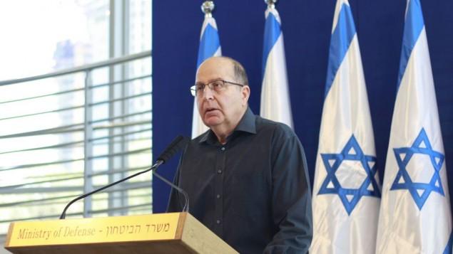 وزير الدفاع المنتهية ولايته موشيه يعالون يعلن إستقالته من الكنيست في 20 مايو، 2016، في مقر قيادة الجيش الإسرائيلي في تل أبيب. ((Judah Ari Gross/Times of Israel)