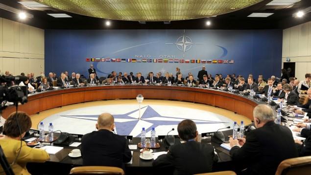 صورة توضيحية: وزراء الخارجية والدفاع في حلف الناتو خلال لقاء في مقر حلف شمال الأطلسي في بروكسل، 14 أكتوبر، 2010. (US Air Force Master Sgt. Jerry Morrison/DOD/Public Domain/Wikimedia)