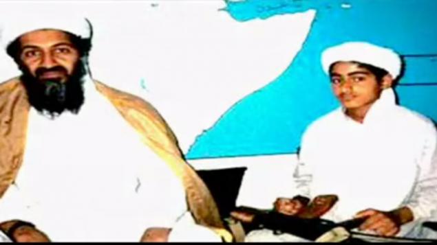 """صورة غير مؤرخة لزعيم """"القاعدة"""" السابق أسامة بن لادن ونجله، حمزة. (لقطة شاشة: YouTube)"""