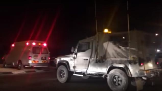 سيارة اسعاف في موقع انفجار بالقرب من حاجز في الضفة الغربية خارج بلدة حزمة الفلسطينية، 10 مايو 2016 (Screencapture)