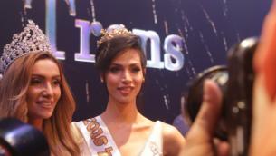 تالين أبو حنا تحتفل بفوزها بلقب ملكة جمال المتحولات جنسيا في إسرائيل، 27 مايو، 2016. (Luke Tress/Times of Israel)