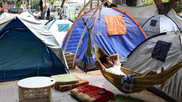شبان إسرائيليون يعيشون في خيام في جادة روتشيلد في تل أبيب احتجاجا على أسعار المساكن المرتفعة، 10 أغسطس، 2011. (Liron Almog/Flash90)
