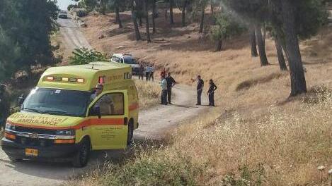 طواقم الإسعاف في موقع هجوم طعن أسفر عن إصابة سيدتين مسنتين إصابة متوسطة، في أرمون هنتسيف جنوبي القدس، 10 مايو، 2016. (Magen David Adom)