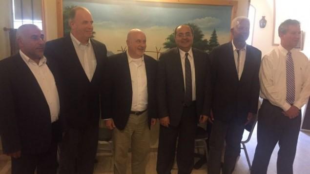 اعضاء الكنيست من القائمة العربية المشتركة احمد طيبي (وسط) وطالب ابو عرار (يسار) يلتقيان ببعثة لاعضاء الكونغرس الامريكي في القدس، 28 مايو 2016 (Courtesy Joint List)