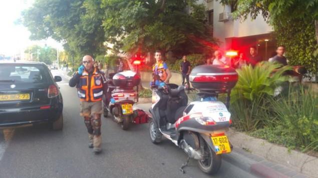 مسعفون في موقع هجوم طعن في مركز تل ابيب، 30 مايو 2016 (Courtesy Magen David Adom)