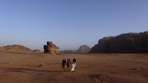 بدو يركبون الجمال في صحراء وادي رم في الأردن، 8 فبراير 2013 (Lucie March/Flash90)
