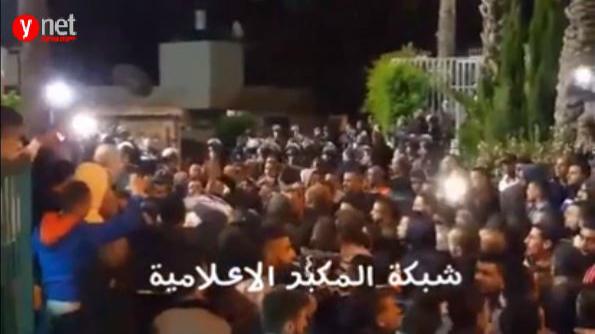 جنازة علاء ابو جمل مساء الاثنين في حي جبل المكبر في القدس الشرقية، 23 مايو 2016 (Ynet video screen shot)