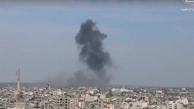 الدخان يتصاعد من جنوب قطاع غزة بعد قصف طائرات إسرائيلية أربعة مواقع عسكرية تابعة لحماس، 5 مايو 2016 (Screenshot/Shehab News Agency)