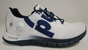 """شركة 'ريبوك' أعلنت الإثنين بأنها ستقوم بتسويق نسخة احتفالية لحذاء رياضي يحمل عبارة """"إسرائيل 68""""، ولكنها قالت في اليوم التالي بأنه تم الإعلان عن المشروع عن طريق الخطأ. (Reebok's Facebook page)"""