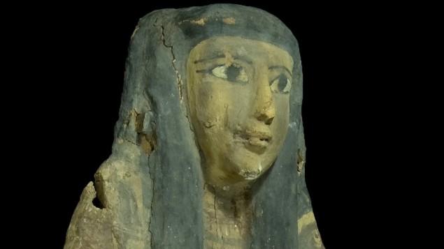 ناووس مصري خشبي تمت مصادرته على يد سلطة الآثار الإسرائيلية في عام 2012 والذي ستتم إعادته إلى مصر في 22 مايو، 2016. (سلطة الآثار الإسرائيلية)