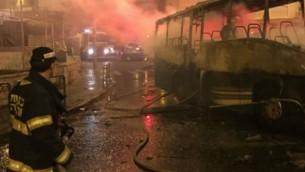 رجال الإطفاء يحاربون النيران التي تسبب بها إلقاء زجاجة حارقة في قاعدة عسكرية في جبل المشارف الجمعة، 18 سبتمبر، 2015. (لقطة شاشة: القناة 2)