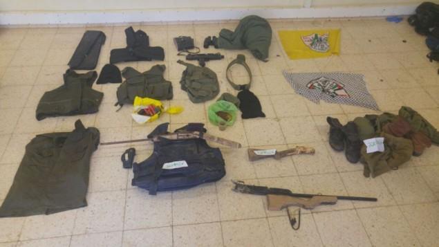 مسدسات من صنع بيتي، دروع جسدية ومعدات اخرى تمت مصادرتها من قبل جنود اسرائيليين في بلدة كفر الديك خلال مداهمة ليلية، 25 مايو 2016 (IDF Spokesperson's Unit)