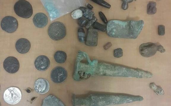 قطع أثرية تم العثور عليها في مركبة دبلوماسية نرويجية في 31 مايو، 2016، في معبر ألنبي. (سلطة الضرائب الإسرائيلية)