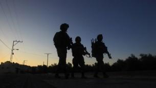 جنود إسرائيليون يقومون بدورية في شارع في قرية سالم شمال الضفة الغربية، شرقي نابلس، خلال معلية لإعتقال مطلوب فلسطيني في 30 مايو، 2016. (AFP PHOTO/JAAFAR ASHTIYEH)